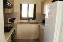 Кухня. Кипр, Каппарис : Современный апартамент в комплексе с бассейном, с двумя спальнями и балконом