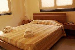Спальня. Кипр, Каппарис : Уютный апартамент с двумя спальнями и балконом, в комплексе с бассейном, тренажерным залом и теннисным кортом