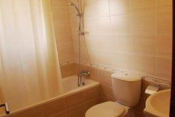 Ванная комната. Кипр, Каппарис : Уютный апартамент с двумя спальнями и балконом, в комплексе с бассейном, тренажерным залом и теннисным кортом