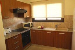 Кухня. Кипр, Каппарис : Уютный апартамент с двумя спальнями и балконом, в комплексе с бассейном, тренажерным залом и теннисным кортом