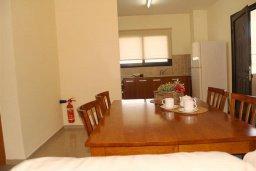 Гостиная. Кипр, Каппарис : Уютный апартамент с двумя спальнями и балконом, в комплексе с бассейном, тренажерным залом и теннисным кортом