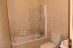 Ванная комната. Кипр, Каппарис : Современный уютный апартамент с двумя спальнями и балконом, в комплексе с бассейном, тренажерным залом и теннисным кортом