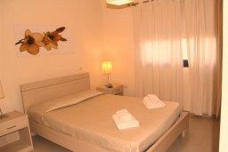 Спальня. Кипр, Каппарис : Современный уютный апартамент с двумя спальнями и балконом, в комплексе с бассейном, тренажерным залом и теннисным кортом