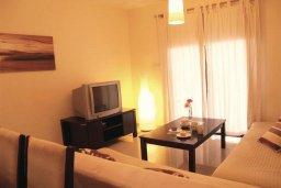 Гостиная. Кипр, Каппарис : Современный уютный апартамент с двумя спальнями и балконом, в комплексе с бассейном, тренажерным залом и теннисным кортом