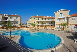 Бассейн. Кипр, Каппарис : Современный уютный апартамент с двумя спальнями и балконом, в комплексе с бассейном, тренажерным залом и теннисным кортом