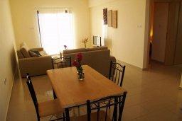 Гостиная. Кипр, Каппарис : Прекрасный апартамент с двумя спальнями и балконом, в комплексе с бассейном, тренажерным залом и теннисным кортом