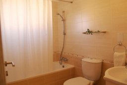 Ванная комната. Кипр, Каппарис : Прекрасный апартамент с двумя спальнями и балконом, в комплексе с бассейном, тренажерным залом и теннисным кортом