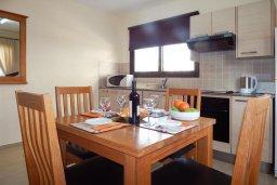 Обеденная зона. Кипр, Каппарис : Современный апартамент в комплексе с бассейном, с гостиной, отдельной спальней и террасой