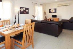 Гостиная. Кипр, Каппарис : Современный апартамент в комплексе с бассейном, с гостиной, отдельной спальней и террасой