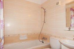 Ванная комната. Кипр, Каппарис : Современный апартамент в комплексе с бассейном, с гостиной, отдельной спальней и террасой