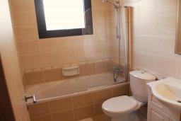 Ванная комната. Кипр, Каппарис : Уютный апартамент в комплексе с бассейном, с гостиной, отдельной спальней и террасой