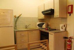 Кухня. Кипр, Каппарис : Уютный апартамент в комплексе с бассейном, с гостиной, отдельной спальней и террасой