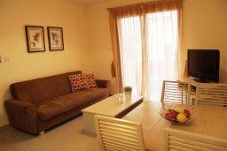 Гостиная. Кипр, Каппарис : Уютный апартамент в комплексе с бассейном, с гостиной, отдельной спальней и террасой