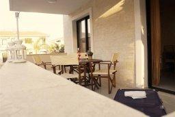 Терраса. Кипр, Каппарис : Уютный апартамент в комплексе с бассейном, с гостиной, отдельной спальней и террасой