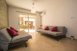 Гостиная. Кипр, Центр Айя Напы : Современный апартамент в центре Ай-Напы, с гостиной, отдельной спальней и террасой