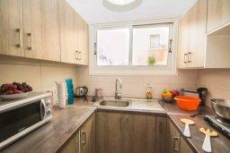 Кухня. Кипр, Центр Айя Напы : Современный апартамент в центре Ай-Напы, с гостиной, отдельной спальней и террасой