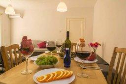Обеденная зона. Кипр, Центр Айя Напы : Современный апартамент в центре Ай-Напы, с гостиной, отдельной спальней и террасой