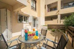 Терраса. Кипр, Центр Айя Напы : Современный апартамент в центре Ай-Напы, с гостиной, отдельной спальней и террасой