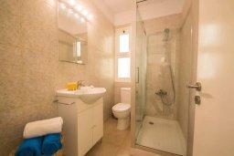 Ванная комната. Кипр, Центр Айя Напы : Современный апартамент в центре Ай-Напы, с гостиной, отдельной спальней и террасой