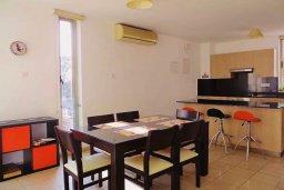 Обеденная зона. Кипр, Ларнака город : Апартамент в комплексе в бассейном, с гостиной, двумя спальнями и патио