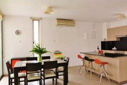 Кухня. Кипр, Ларнака город : Апартамент в комплексе в бассейном, с гостиной, двумя спальнями и патио