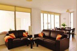 Гостиная. Кипр, Ларнака город : Апартамент в комплексе в бассейном, с гостиной, двумя спальнями и патио