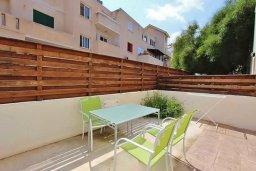 Терраса. Кипр, Пернера : Уютный таунхаус недалеко от пляжа, общий бассейн, 2 спальни, приватный дворик