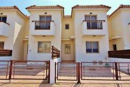 Фасад дома. Кипр, Пернера : Уютный таунхаус недалеко от пляжа, общий бассейн, 2 спальни, приватный дворик