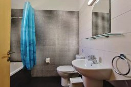 Ванная комната. Кипр, Пернера : Уютный таунхаус недалеко от пляжа, общий бассейн, 2 спальни, приватный дворик