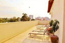Балкон. Кипр, Ларнака город : Великолепный пентхаус в комплексе в бассейном, с гостиной, двумя спальнями, двумя ванными комнатами и большим балконом