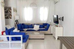 Гостиная. Кипр, Каппарис : Уютная вилла с 2-мя спальнями, с бассейном и частным двориком в окружение пальм