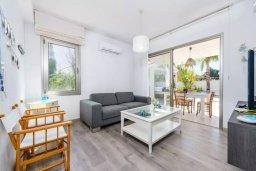 Гостиная. Кипр, Каво Марис Протарас : Роскошная вилла с 4-мя спальнями, с уютным зелёным двориком с lounge-зоной, уличной барной стойкой и барбекю