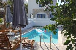 Бассейн. Кипр, Каппарис : Прекрасная вилла с 2-мя спальнями, бассейном и уютным двориком с патио