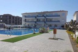 Фасад дома. Кипр, Каппарис : Современный апартамент в комплексе с бассейном, с гостиной, двумя спальнями и балконом