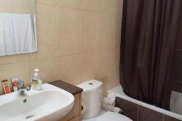 Ванная комната. Кипр, Каппарис : Современный апартамент в комплексе с бассейном, с гостиной, двумя спальнями и балконом