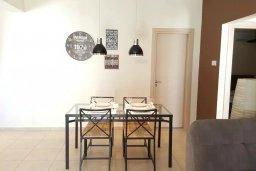 Обеденная зона. Кипр, Каппарис : Современный апартамент в комплексе с бассейном, с гостиной, двумя спальнями и балконом