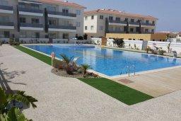 Бассейн. Кипр, Каппарис : Современный апартамент в комплексе с бассейном, с гостиной, двумя спальнями и балконом