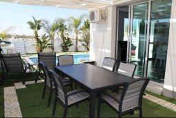 Обеденная зона. Кипр, Пернера Тринити : Современная вилла с бассейном и двориком, 2 спальни, 2 ванные комнаты, барбекю, парковка, Wi-Fi
