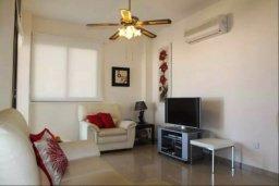 Гостиная. Кипр, Ларнака город : Уютный апартамент недалеко от пляжа, с гостиной, отдельной спальней и балконом