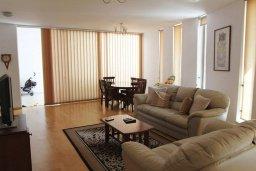 Гостиная. Кипр, Ларнака город : Прекрасный апартамент в комплексе с бассейном, с большой гостиной, двумя спальнями и балконом