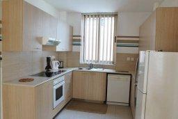 Кухня. Кипр, Ларнака город : Прекрасный апартамент в комплексе с бассейном, с большой гостиной, двумя спальнями и балконом