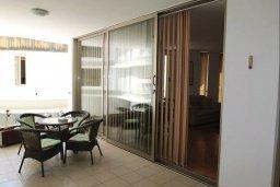 Балкон. Кипр, Ларнака город : Прекрасный апартамент в комплексе с бассейном, с большой гостиной, двумя спальнями и балконом