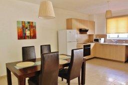 Обеденная зона. Кипр, Ларнака город : Прекрасный апартамент в комплексе с бассейном, с большой гостиной, двумя спальнями, двумя ванными комнатами и балконом
