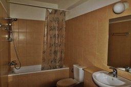 Ванная комната. Кипр, Ларнака город : Прекрасный апартамент в комплексе с бассейном, с большой гостиной, двумя спальнями, двумя ванными комнатами и балконом