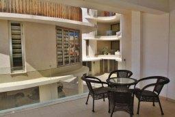 Балкон. Кипр, Ларнака город : Прекрасный апартамент в комплексе с бассейном, с большой гостиной, двумя спальнями, двумя ванными комнатами и балконом