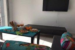 Гостиная. Кипр, Ларнака город : Современный апартамент в центре Ларнаки, с гостиной, отдельной спальней и балконом