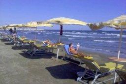 Ближайший пляж. Кипр, Ларнака город : Современный апартамент в центре Ларнаки, с гостиной, отдельной спальней и балконом