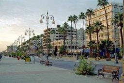 Прочее. Кипр, Ларнака город : Современный апартамент в центре Ларнаки, с гостиной, отдельной спальней и балконом
