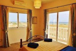 Спальня. Кипр, Сиренс Бич - Айя Текла : Уютная вилла с бассейном в 100 метрах от моря, 3 спальни, 2 ванные комнаты, барбекю, парковка, Wi-Fi