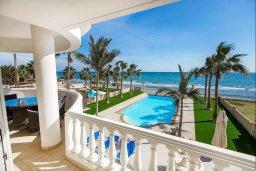 Вид на море. Кипр, Менеу : Роскошная вилла с бассейном и выходом на пляж, 4 спальни, 4 ванные комнаты, джакузи, сад, барбекю, парковка, Wi-Fi